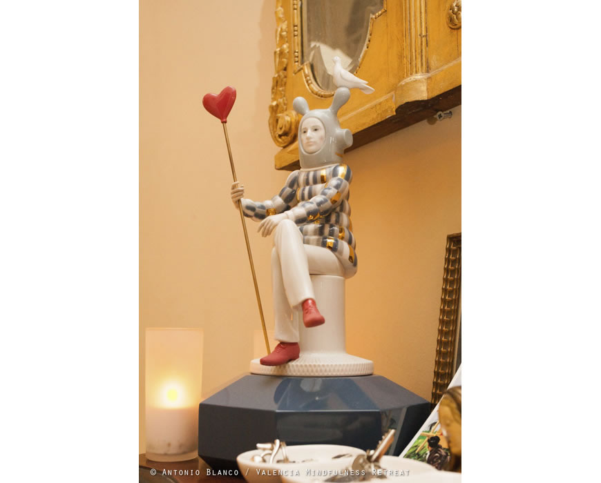 No this is not Anne-Mieke Ring, it is a Lladro figurine by Jaime Haydon.