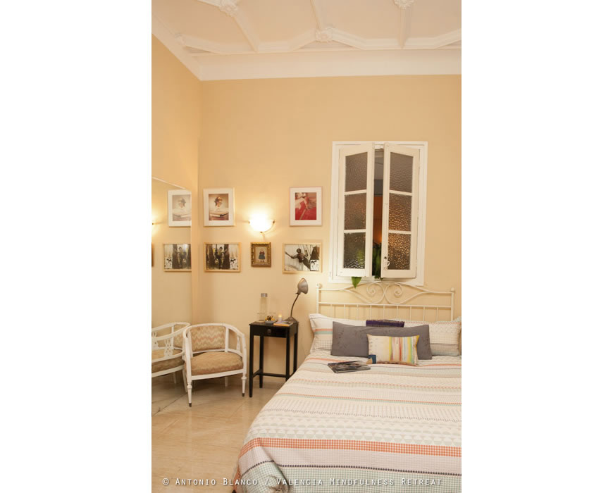 Quality Egyptian cotton sheets and a unusual artistic decor in your BB.