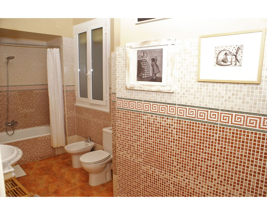 Very beautifully clean bathrooms in bed and breakfast in Valencia, near beach.