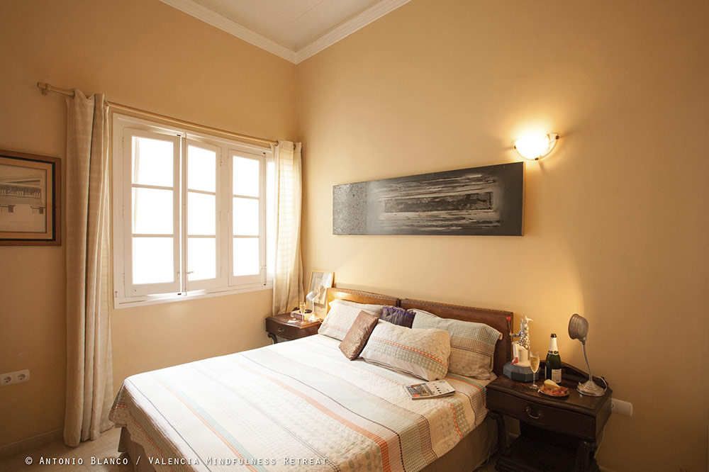 bed and breakfast valencia mindfulness retreat en notre chambre d 39 hotes valence centre nous. Black Bedroom Furniture Sets. Home Design Ideas